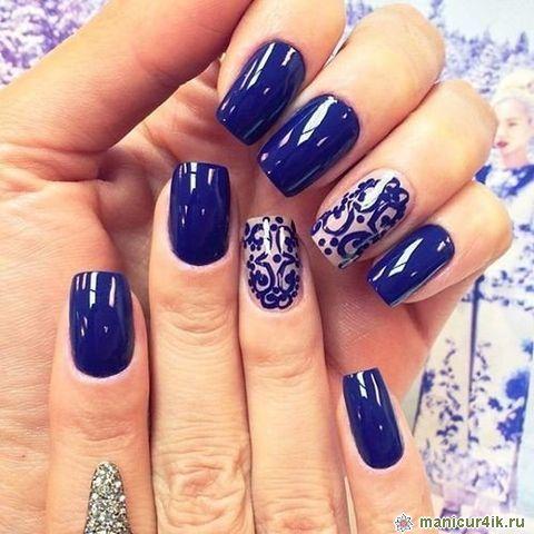 Дизайн ногтей на синем фоне