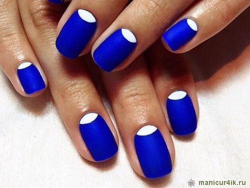 Лунный маникюр с синим и белым